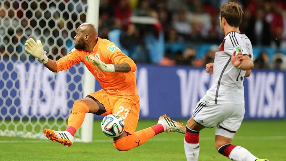 O goleiro Rais MBolhi, da Argélia, faz boa defesa no jogo contra a Alemanha no Beira-Rio, em Porto Alegre