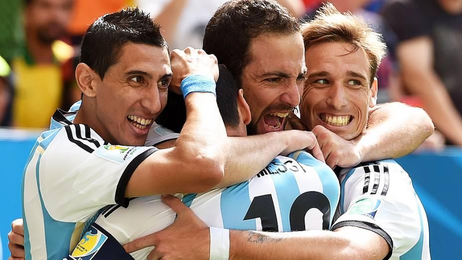 Jogadores da Argentina comemoram gol contra a Bélgica no Mané Garrincha, em Brasília