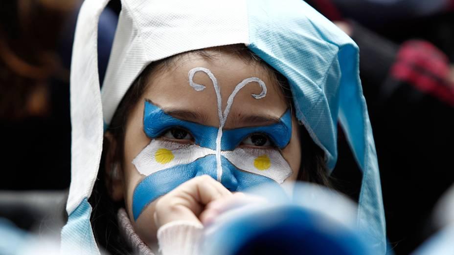 Torcedora argentina acompanha partida contra a Suíça, no estádio Itaquera, em São Paulo