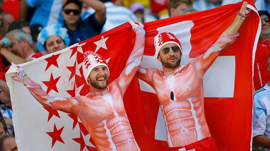 Torcedores da Suíça chegam para a partida contra a Argentina, no estádio Itaquera, em São Paulo