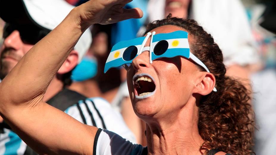 Torcedora da Argentina chega para a partida contra a Suíça, no estádio Itaquera, em São Paulo