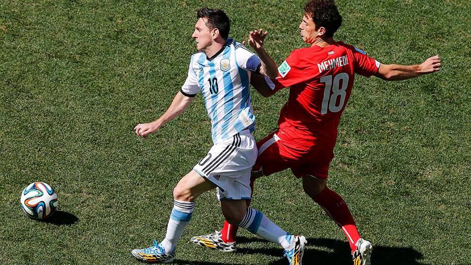 O argentino Messi é marcado pelo jogador da Suíça no Itaquerão, em São Paulo