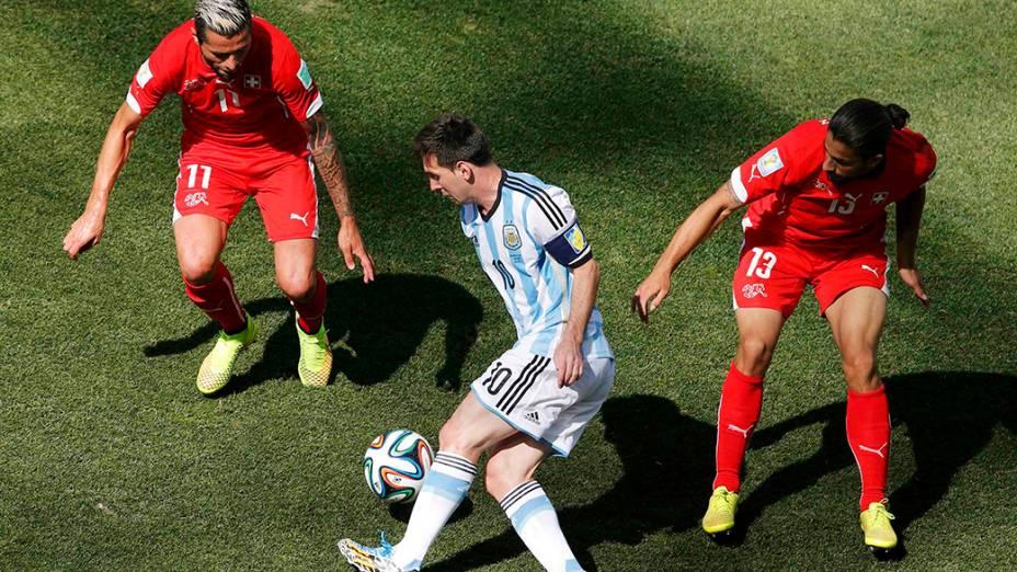 Messi dribla dois jogadores da Suíça no Itaquerão, em São Paulo