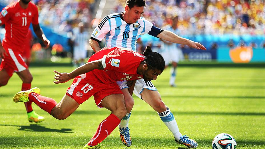 Messi disputa a bola com o jogador da Suíça no Itaquerão, em São Paulo