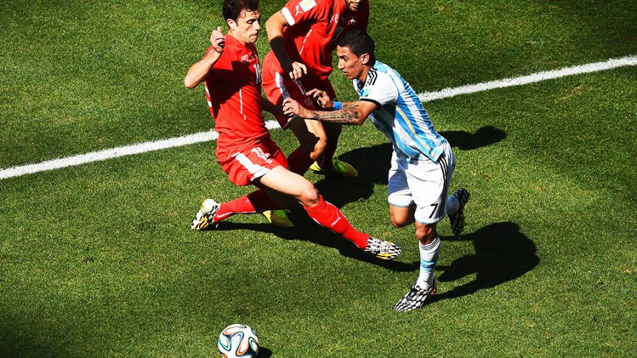 O argentino di Maria é marcado por dois jogadores da Suíça no Itaquerão, em São Paulo