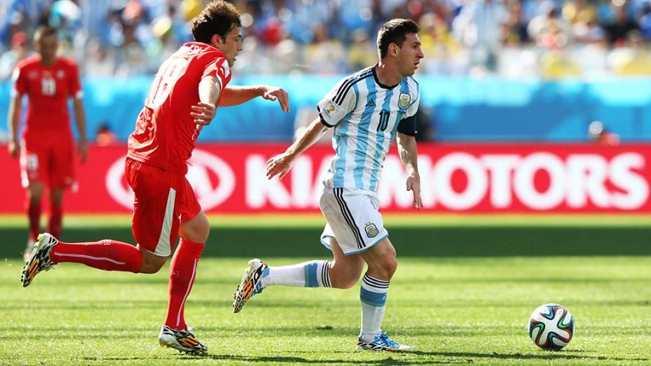 Messi conduz a bola no jogo contra a Suíça no Itaquerão, em São Paulo