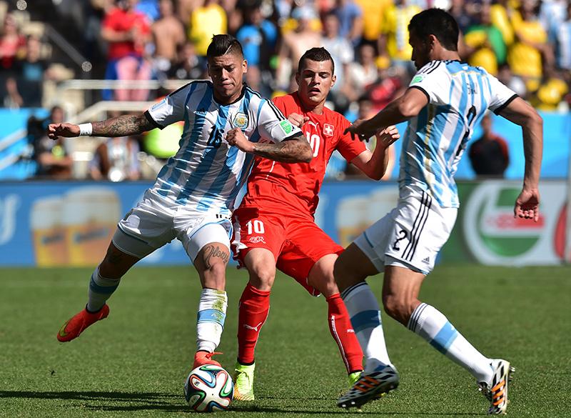 Jogadores de Argentina e Suíça disputam a bola de cabeça no Itaquerão, em São Paulo
