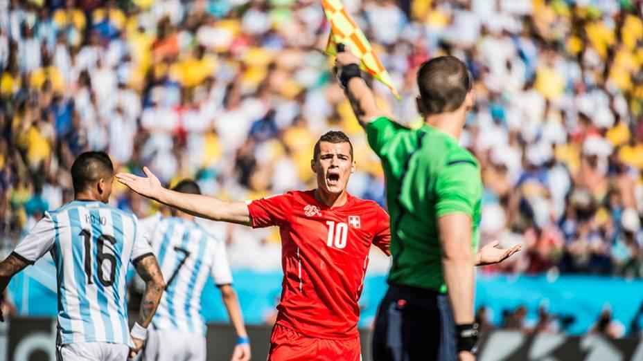 Jogador da Suíça reclama com o bandeirinha após marcação de impedimento no jogo contra a Argentina