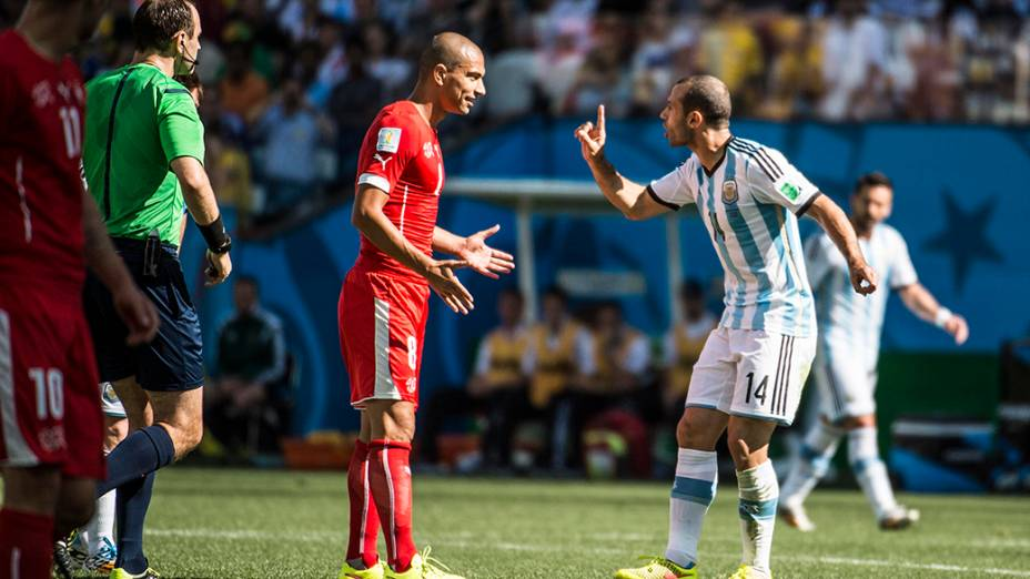 O argentino Mascherano discute com o jogador da Suíça