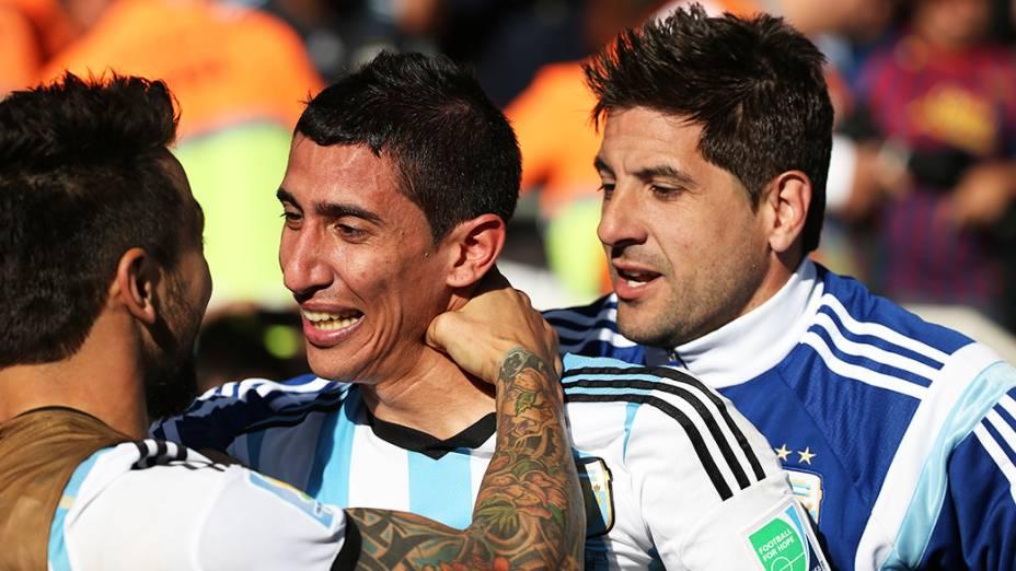 Jogadores da Argentina comemoram gol de Di Maria contra a Suíça