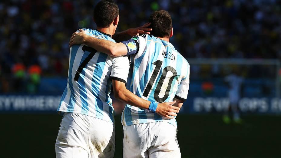 Di Maria e Messi comemoram gol da Argentina contra a Suíça