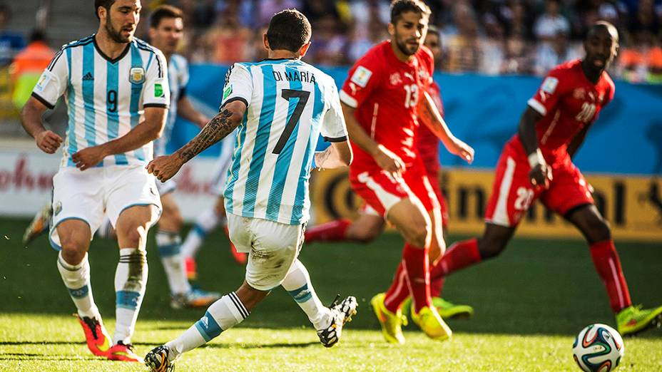 O argentino Di Maria chuta a bola e marca gol contra a Suíça no segundo tempo da prorrogação