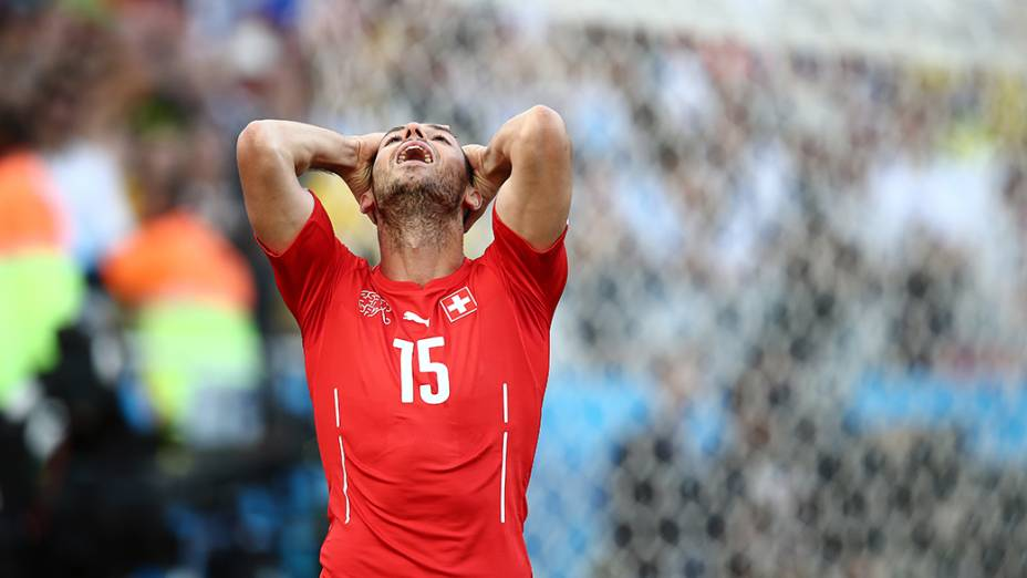 Jogador da Suíça lamenta gol perdido contra a Argentinaq