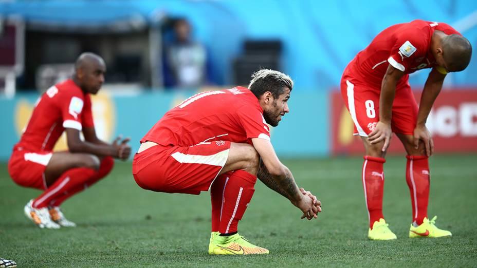 Jogadores da Suíça lamentam derrota para a Argentina