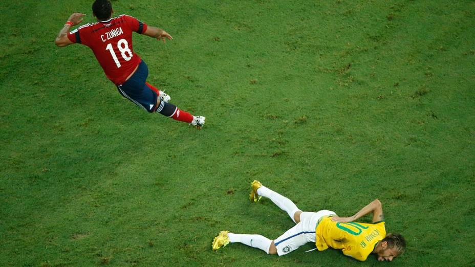 Neymar sofre falta violenta do jogador Zuñiga durante jogo no Castelão, em Fortaleza