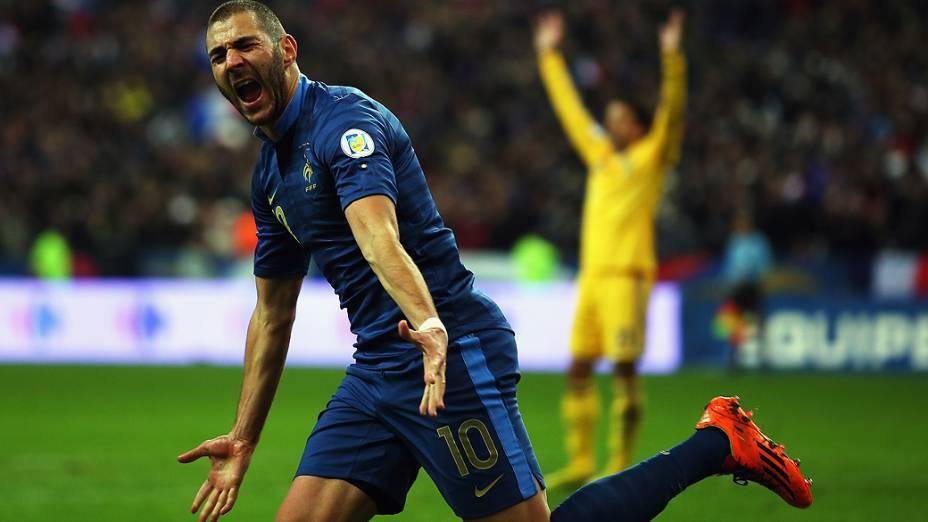 Karim Benzema comemora gol na vitória da França por 3 a 0 sobre a Ucrânia, em partida válida pela repescagem europeia para a Copa do Mundo 2014