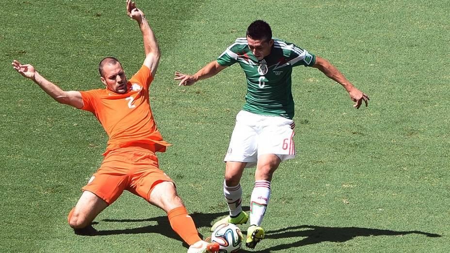 Ron Vlaar da Holanda e Hector Herrera do México disputam jogada pelas oitavas de final no Castelão