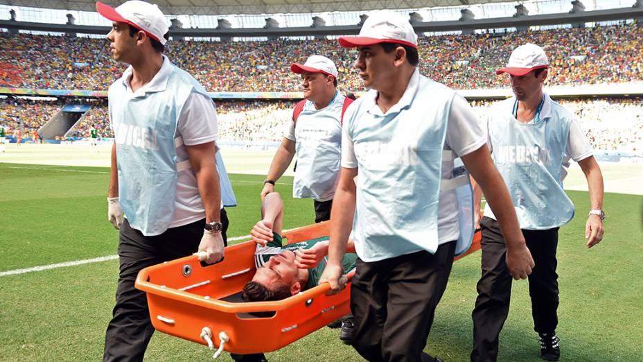 O mexicano Hector Moreno sai de maca no jogo contra a Holanda no Castelão, em Fortaleza
