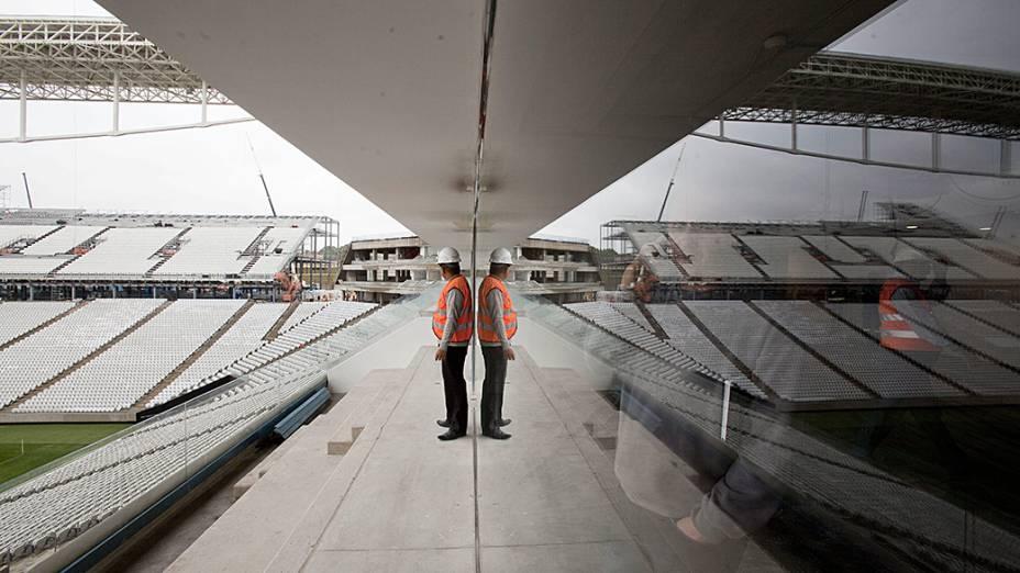 Engenheiro observa o Itaquerão que será o um dos estádios sede da Copa do Mundo, em São Paulo