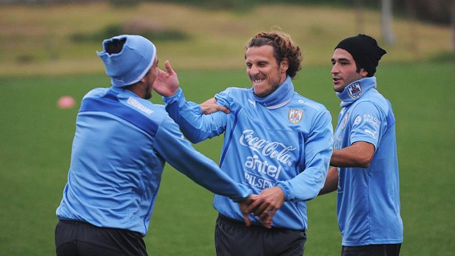 Diego Forlán, Jorge Fucile (esq.) e Nicolas Lodeiro durante treinamento da seleção uruguaia no Complexo Celeste em Canelones, Uruguai