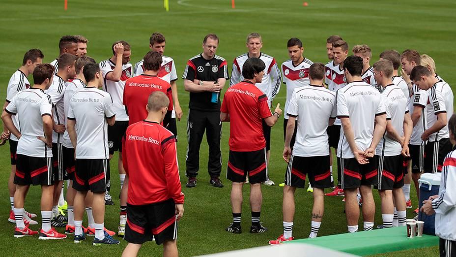 O técnico Joachim Low fala com os jogadores durante sessão de treinamento da seleção alemã em St. Leonhard, norte da Itália