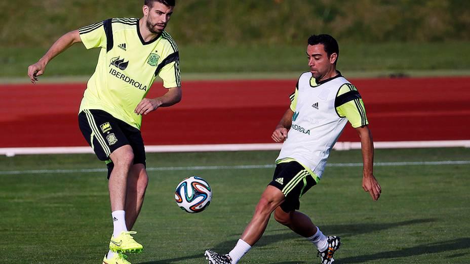Xavi e Piqué participam de treinamento da seleção espanhola em preparação à Copa do Mundo, em Las Rozas, cidade próxima a Madri