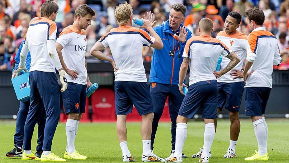 O técnico Louis van Gaal conversa com seus jogadores durante preparação da seleção holandesa em Roterdã