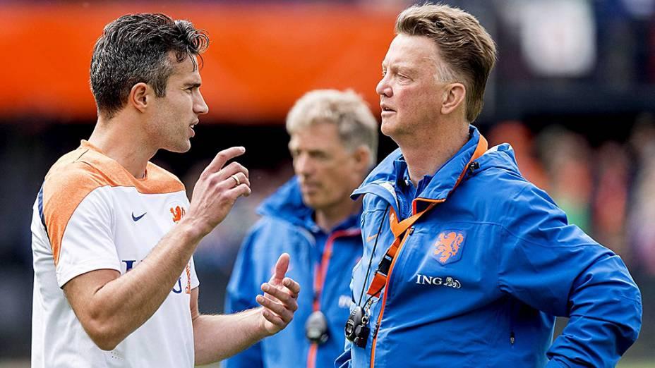 O técnico Louis van Gaal conversa com o capitão Robin Van Persie durante preparação da seleção holandesa em Roterdã