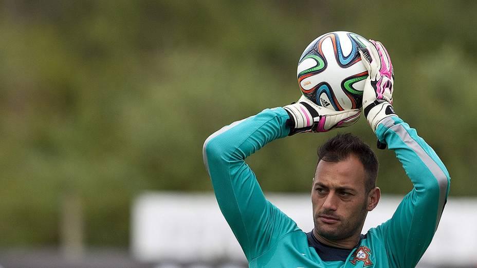 Goleiro Beto da seleção portuguesa, durante sessão de treinamento em Obidos, Portugal