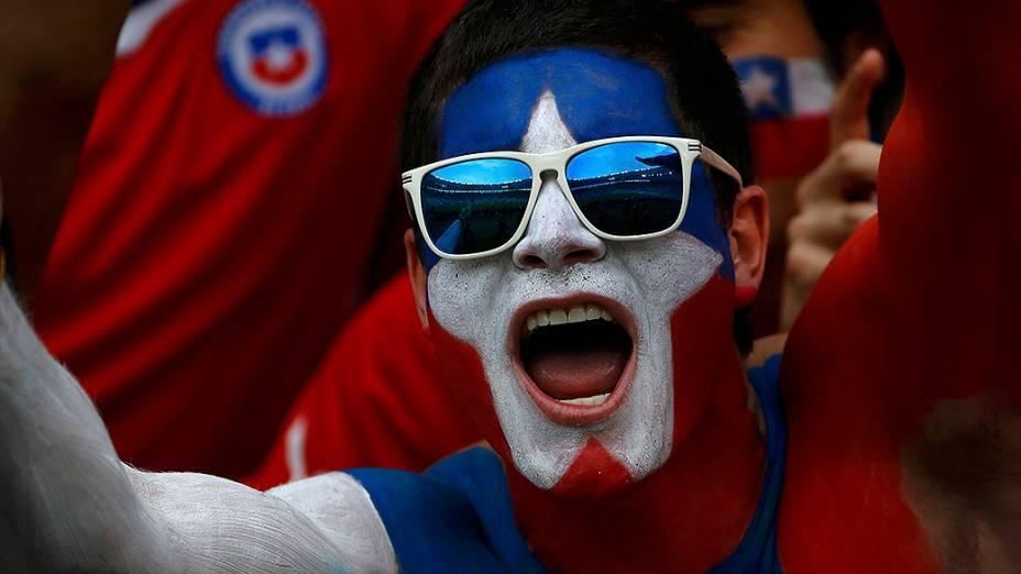 Torcedor pinta a bandeira do Chile no rosto para partida contra a Espanha no Maracanã