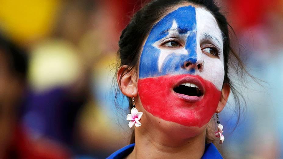 Torcedora pinta a bandeira do Chile no rosto para partida contra a Espanha no Maracanã