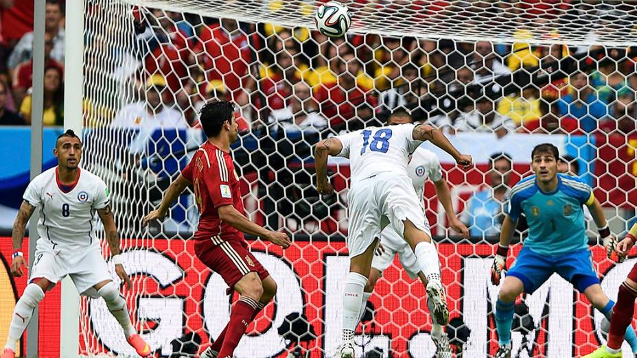 O chileno Gonzalo Jara cabeceia a bola contra o gol da Espanha no Maracanã, no Rio