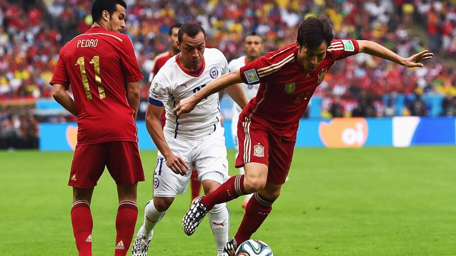 O espanhol David Silva é marcado pelo jogador do Chile no Maracanã, no Rio