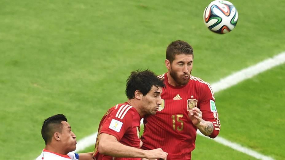 O espanhol Sergio Ramos cabeceia a bola no jogo contra o Chile no Maracanã, no Rio