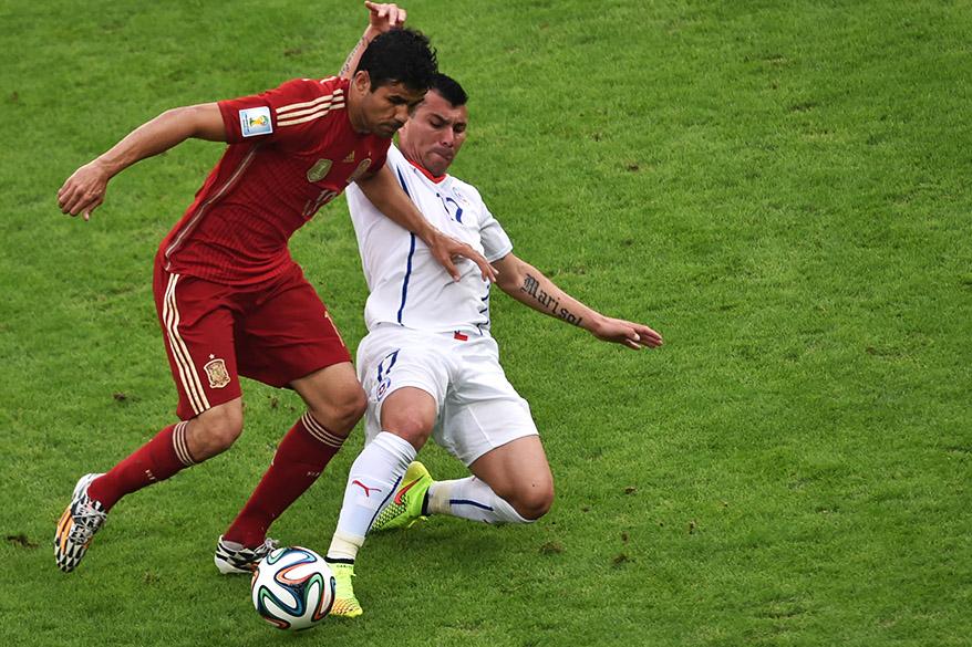 Diego Costa, da Espanha, escapa da entrada do jogador do Chile no Maracanã, no Rio