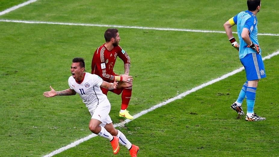 O chileno Eduardo Vargas comemora gol contra a Espanha no Maracanã, no Rio
