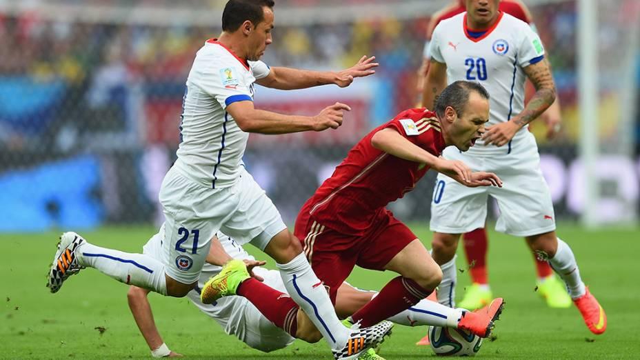 O espanhol Iniesta sofre falta no jogo contra o Chile no Maracanã, no Rio