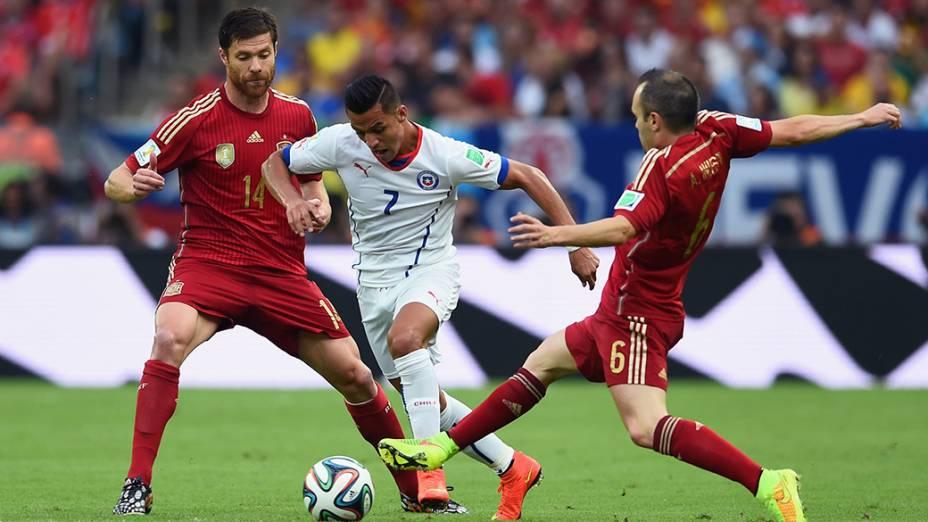 O chileno Alexis Sanchez escapa da marcação do espanhol Iniesta