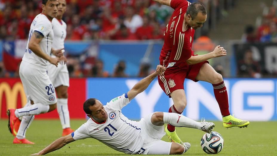O chileno Marcelo Díaz puxa a camisa de Iniesta, da Espanha, no Maracanã no Rio