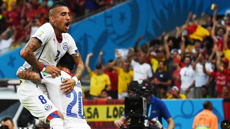 Jogadores do Chile comemoramo segundo gol contra a Espanha no Maracanã, no Rio