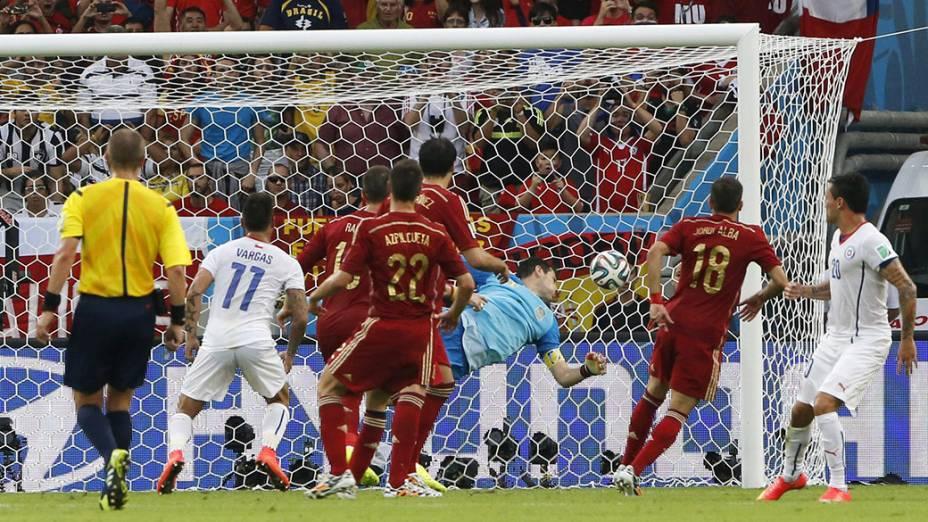 Espanha sofre o segundo gol do Chile marcado por Charles Aránguiz no Maracanã, no Rio