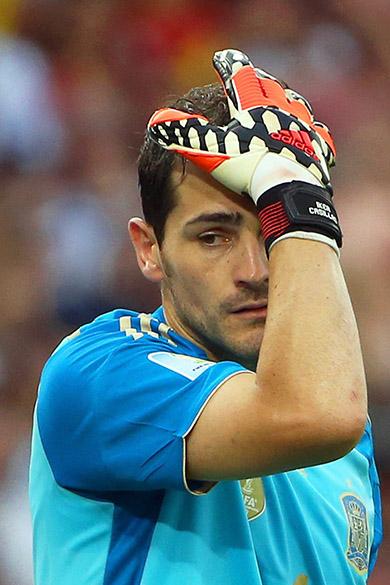 O goleiro Iker Casillas, da Espanha, lamenta o segundo gol do Chile no Maracanã, no Rio
