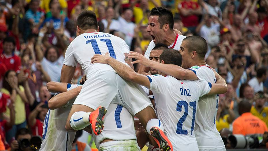 Jogadores do Chile comemoram o segundo gol contra a Espanha no Maracanã, no Rio