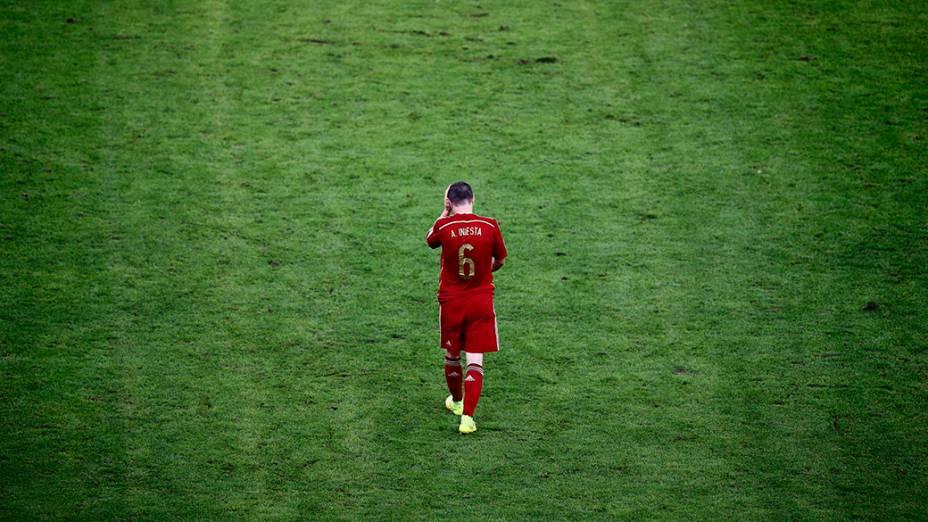 O jogador da Espanha, Iniesta, lamenta a vitória do Chile no Maracanã, no Rio