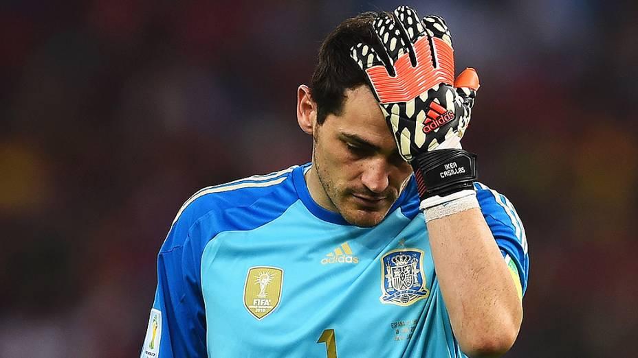 O goleiro Casillas lamenta a desclassificação da Copa do Mundo após perder para o Chile no Maracanã, no Rio