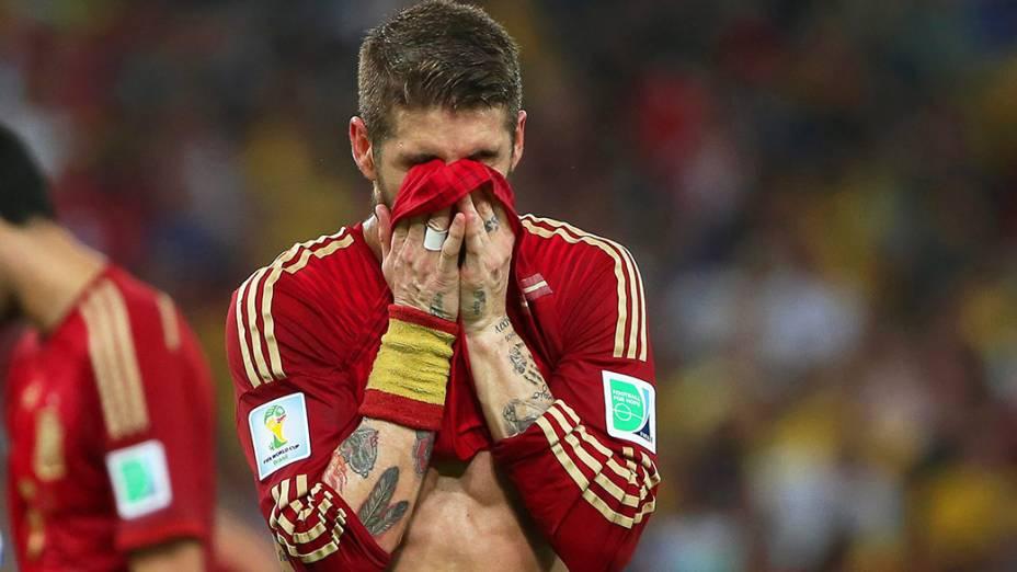 O espanhol Sergio Ramos lamenta a derrota para o Chile no Maracanã, no Rio