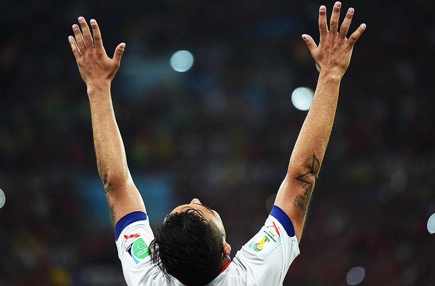Gonzalo Jara, do Chile, comemora a vitória contra a Espanha no Maracanã, no Rio