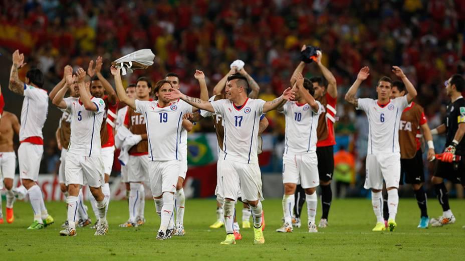 Jogadores do Chile comemoram a classificação para as oitavas de final da Copa do Mundo, após vencerem a Espanha no Maracanã