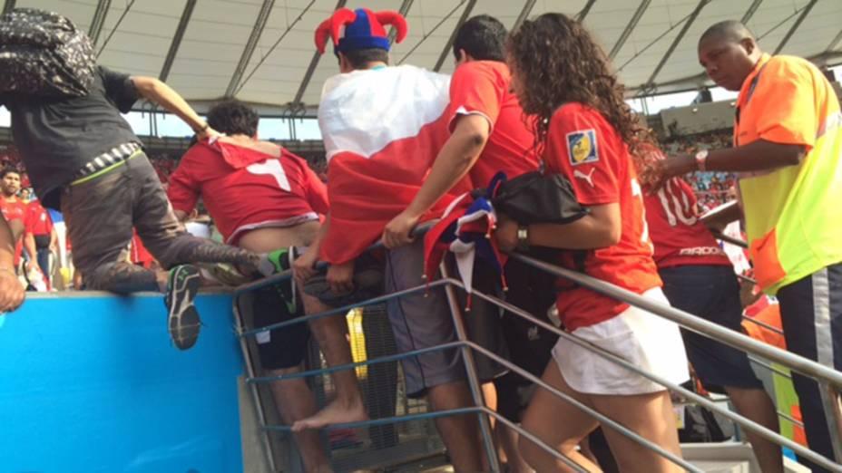 Torcedores chilenos invadem o campo no Maracanã, no Rio