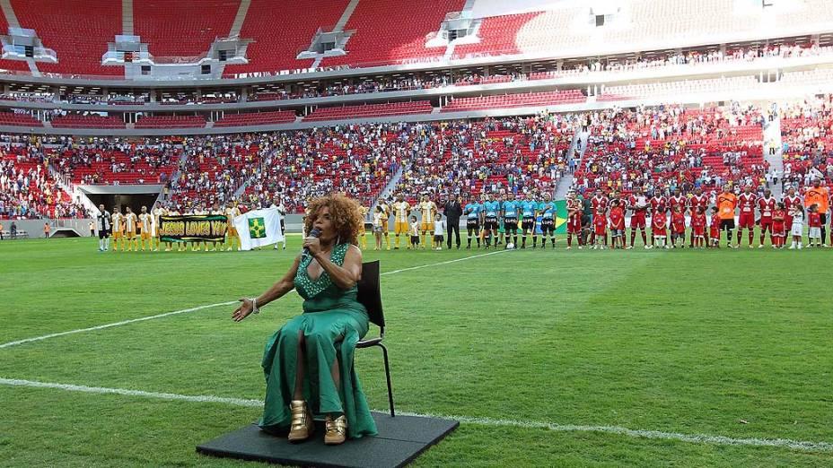 Elza Soares canta o hino nacional antes da partida entre Brasiliense e Brasília válida pela final do Campeonato Candango 2013 no Estádio Mané Garrincha (DF), neste sábado (18)